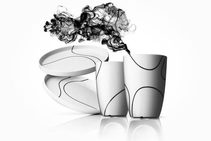 Produktfotografi af sort kontur krus og tallerkner